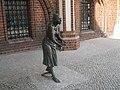 Grete Minde am Tangermünder Rathaus.jpg