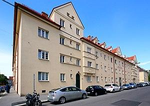 Großjedlersdorf_(Wien)_-_Gemeindebau,_Carrogasse_1,_3,_5.JPG
