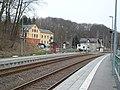 Haltepunkt Wiesenburg (neu), ehemaliges Empfangsgebäude im Hintergrund.jpg