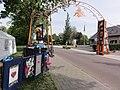 Herveld-N poort voor koninginnedag (Opvallen met afval).JPG