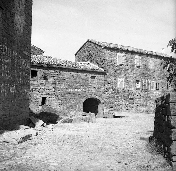 Slika:Hiše v Topolovcu 1950.jpg