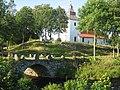 Hyssna gamla kyrka och valvbron 2007.jpg