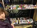 Ingekleurde papieren schoenen in de winkel voor Sinterklaas 02.jpg