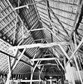 Interieur Vlaamse schuur, overzicht houten kapconstructie met gebinten - Alphen - 20328617 - RCE.jpg