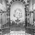 Interieur doopkapel voorzijde, doopvont en schildering Piet Worm - Amsterdam - 20013808 - RCE.jpg