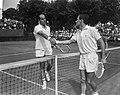 Internationale tenniskampioenschappen Hilversum, Hewitt feliciteert Okker, Bestanddeelnr 919-3871.jpg