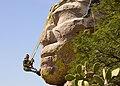 Juan Justo Zarate esculpiendo la piedra.jpg