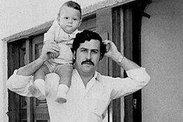 Juan Pablo Escobar y su padre en el año 1977.