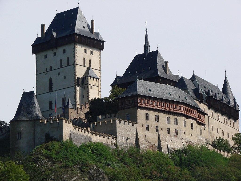 Silhouette gothique du Chateau de Karlstejn près de Prague.