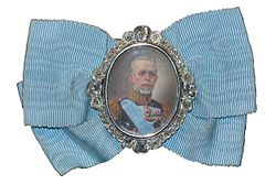 King Gustav V's portrait badge.jpg