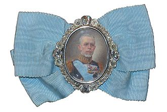 Royal family order - Image: King Gustav V's portrait badge