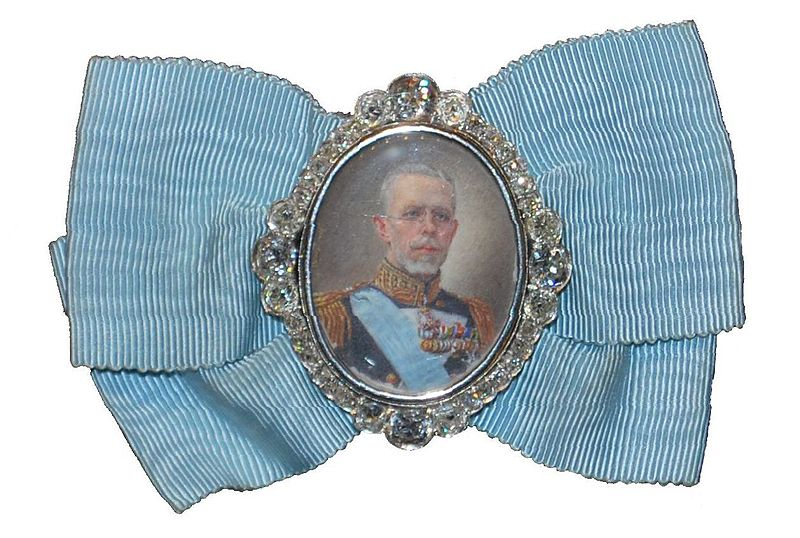 Fil:King Gustav V's portrait badge.jpg