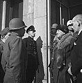 Koningin Wilhelmina spreekt met de Amerikaanse kolonel R.C. Andrews voor het sta, Bestanddeelnr 900-4144.jpg