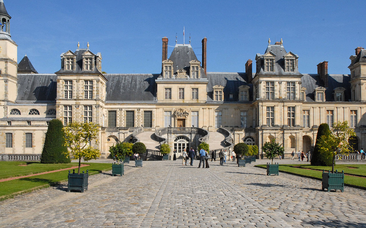 File la cour du cheval blanc ch teau de fontainebleau for Chateau etampes