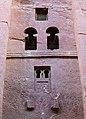Lalibela, chiesa di bete medhane alem, esterno, finestre 06.jpg