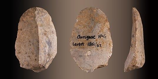 photographie. Le même éclat en pierre présenté sur ses deux faces et de profil