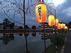 Lanterns along Sarusawa-ike.jpg