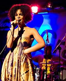 Izibor se apresentando no Crawdaddy em Dublin, Irlanda, 23 de outubro de 2008