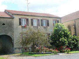 The town hall and school in Lindre-Basse