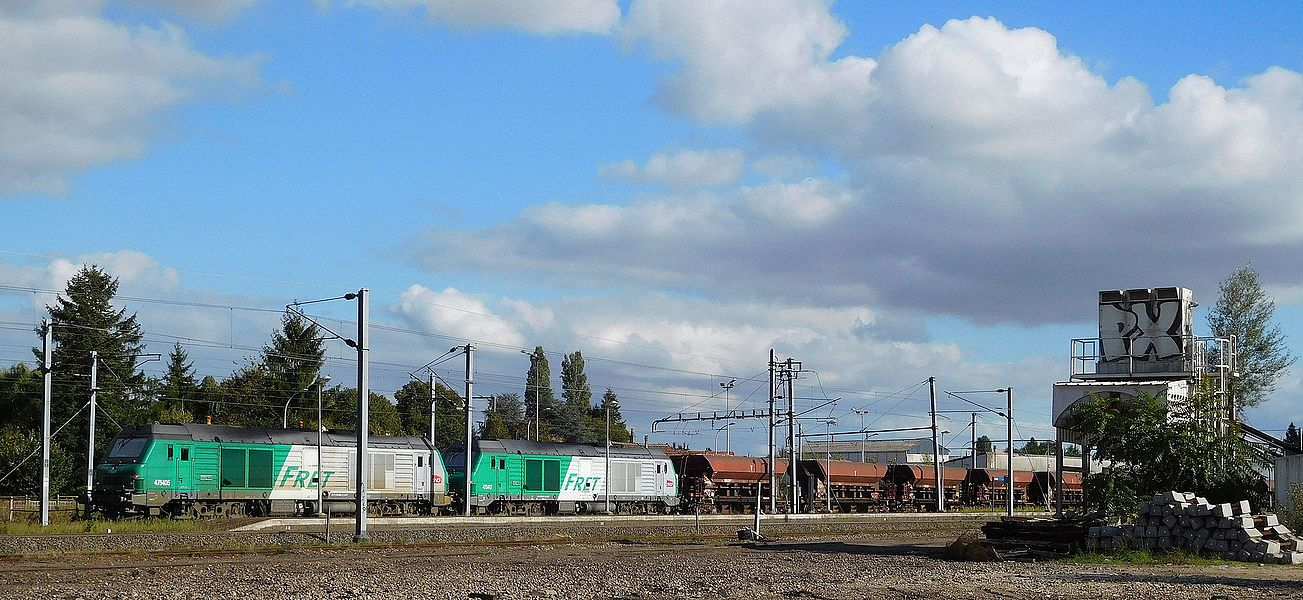 Locomotives Diesel-électriques SNCF BB 475405 et 475417 (pour fret, à l'arrêt sur un canton) et wagons en gare de Cosne-sur-Loire, Nièvre, France.