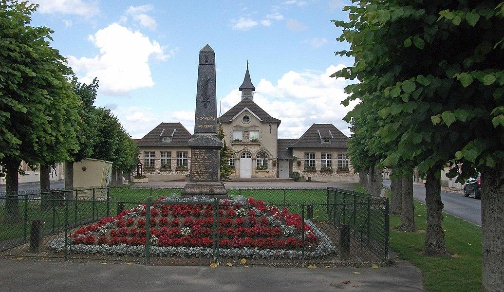 La Mairie l'école et au premier plan le monument aux morts de Prunay .