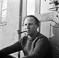 Man met pijp zit op een stoep voor een deur van een boerderij in Rønnede op Seel, Bestanddeelnr 252-8863.jpg