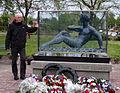 Mark Witteveen bij monument in Wildervank.jpg