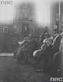 Marszalek Jozef Pilsudski (czwarty z lewej) w otoczeniu czlonkow rodziny Radziwilow podczas nabozenstwa w kosciele farnym - Nieswiz - 1926 AD.jpg