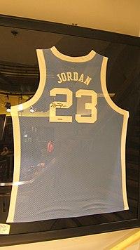 La maglia numero 23 della North Carolina autografata da Jordan.