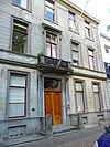 foto van Statig herenhuis, rechte kroonlijst, geheel zandstenen gevel
