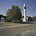 Overzicht op wit geschilderde vrijstaande en ronde kerktoren met wijzerplaat - Espel - 20409851 - RCE.jpg