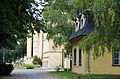 Pamätný dom Ludwiga v. Beethovena, v pozadí kaštieľ, Dolná Krupá.jpg