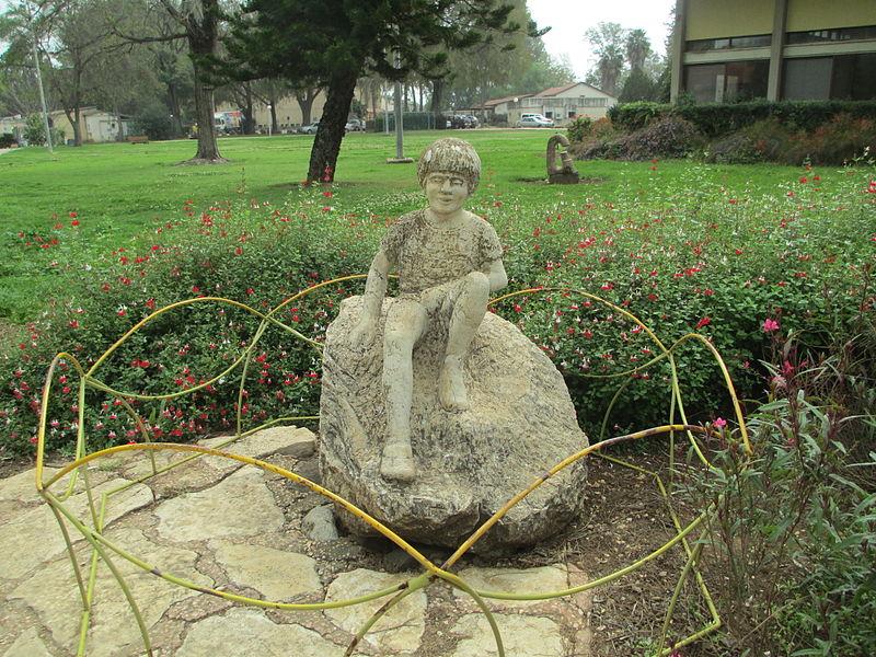 פסל הילד בכפר בלום