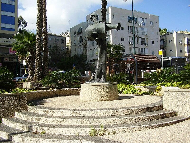 פסל בכיכר כופר היישוב(העצמאות) ברמת גן