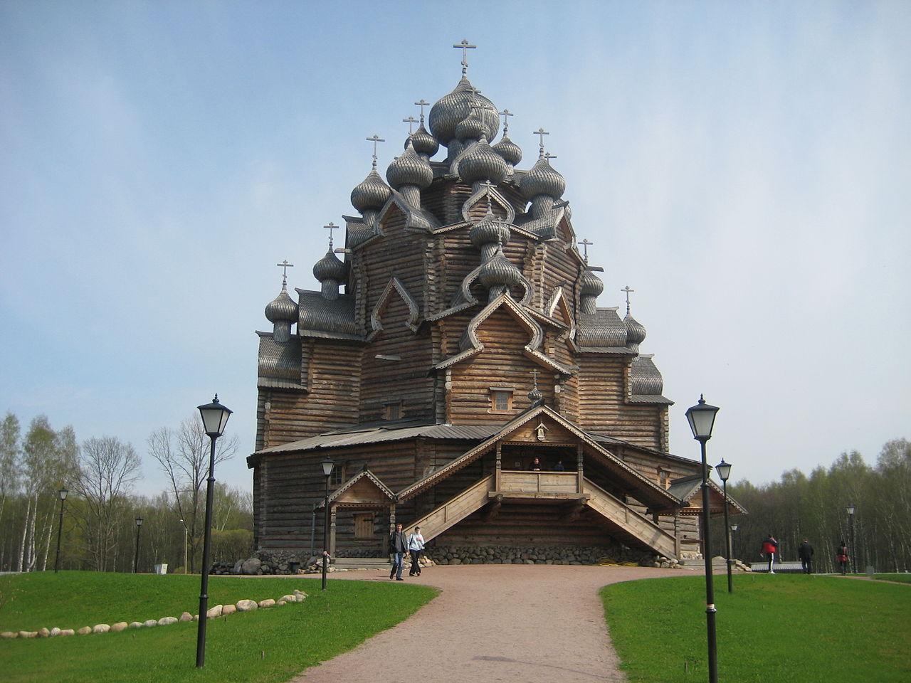 Восстановлен первоначальный вид церкви со всеми главками, большим крыльцом и без обшивки тесом. Фото из Википедии