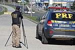Policiais rodoviários federais operam radar móvel na Linha Verde, em Curitiba (29144027456).jpg