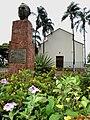 Praça Cândido Portinari, ao fundo a Igreja de Santo Antônio. Portinari pintou a imagem de Santo Antônio, em cumprimento a uma promessa para a melhora da saúde de seu filho João Candido. A pintura foi - panoramio.jpg
