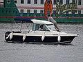 Praha, Vltava, člun Jeanneau 108 606 před botelem Admiral.jpg