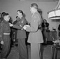 Prind Bernhard spelt een militair een onderscheiding op, Bestanddeelnr 255-8060.jpg