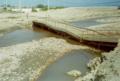 Puente dañado por el Fenómeno El Niño en la Costa Peruana.png