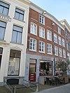 foto van Twee, tot een pand samengetrokken huizen met gevels rood gesausd, onder rechte lijsten