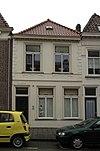 foto van Huis met eenvoudige witgepleisterde lijstgevel en schilddak