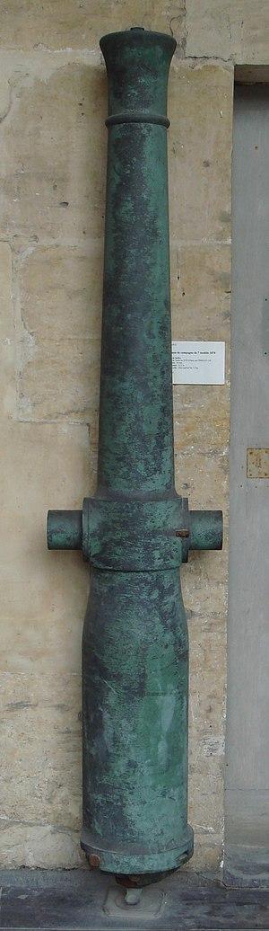"""Reffye 85 mm cannon - Reffye 85mm cannon (""""Canon de campagne de 7 modèle 1870""""), bronze, manufactured by Périn et Cie in Paris, Mle 1870. Length 2.10m. Projectile: 7.1kg explosive shell."""