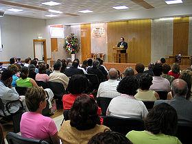Χριστιανική συνάθροιση σε Αίθουσα Βασιλείας των Μαρτύρων του Ιεχωβά
