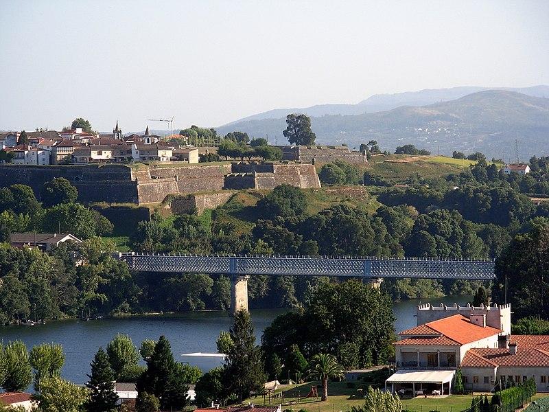 Fichier:Rio Miño y al fondo las murallas de ValenÇa.jpg
