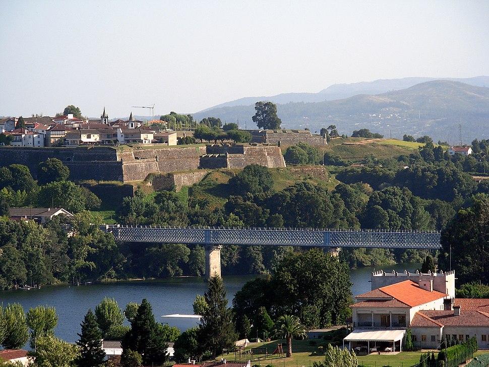 Rio Miño y al fondo las murallas de ValenÇa