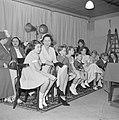 Ruimte met vrouwen en kinderen zittend op houten stoelen, Bestanddeelnr 255-8494.jpg