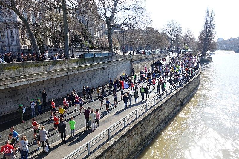 File:Runners @ Marathon de Paris @ Seine @ Paris (26142171371).jpg