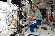 Astronauta Hans Schlegel trabalha na configuração do Laboratório Columbus