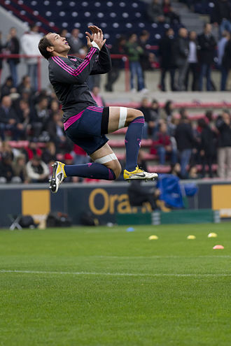 Sergio Parisse - Sergio Parisse jumps to catch an up and under during a warm up session in Toulouse